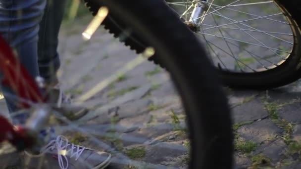 Jeune couple chevauche deux bicyclettes — Vidéo