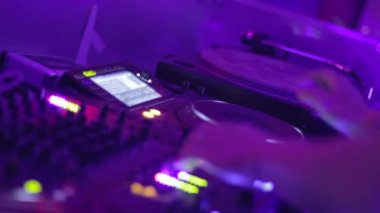 Woman controls DJ equipment — Stock Video