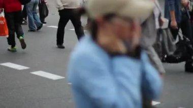People walk on crossroad — Stock Video