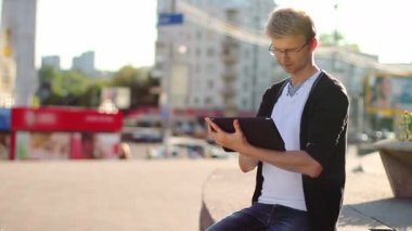 Man reading tablet pad — Stock Video