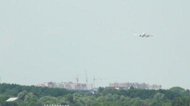 посадка самолета — Стоковое видео