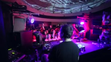 Drunk high DJ playing his set — Stock Video