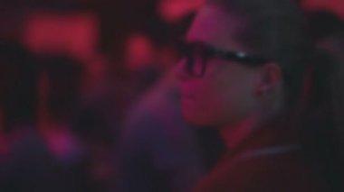 眼镜在晚会上跳舞的女孩 — 图库视频影像