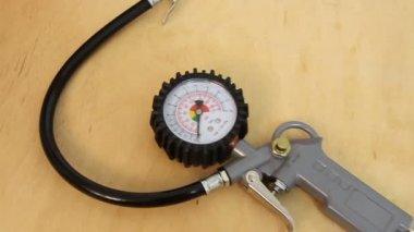 Pistola de compresor de aire con manómetro medidor — Vídeo de stock