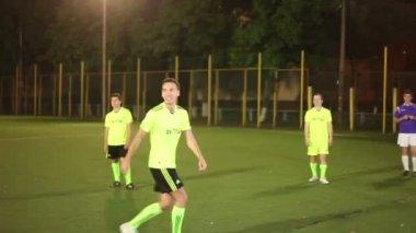 Overtreden van regels, hand spelen in voetbalwedstrijd — Stockvideo