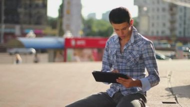 Male browsing tablet pc — Stock Video