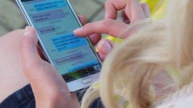 Сенсорный экран телефона sms сообщений — Стоковое видео