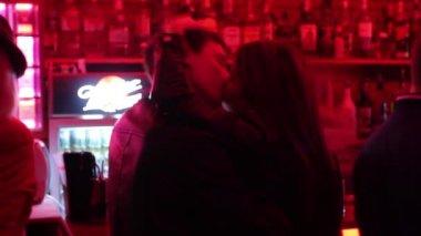 Paar ist im nachtclub küssen — Stockvideo