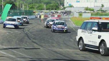 Car starts the pre-race lap — Stock Video