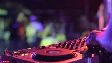Hands of disc jockey playing set — Stock Video