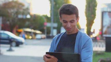 Mężczyzna z komputera typu tablet — Wideo stockowe