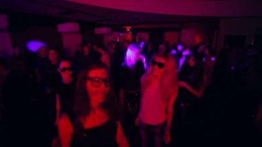 Men and women dance in night club — Stock Video