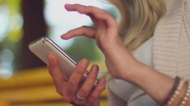 Scorrimento telefono immagini della donna — Video Stock