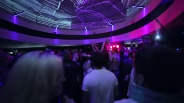 People dance at night club party — Stock Video