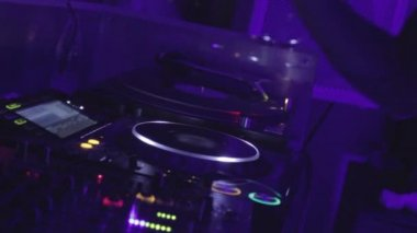 Dj controls the sound in nightclub — Stock Video