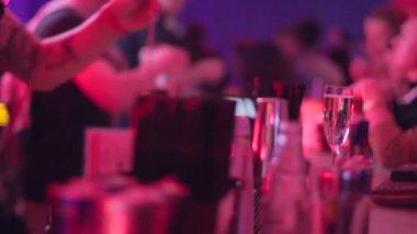 Bartender serving drink for visitors — Stock Video