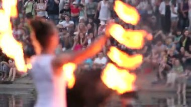 Female with fire fan — Stock Video