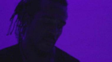 Afro dj playing music in nightclub — Stock Video
