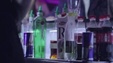 Serving alcohol drinks for visitors — Stock Video