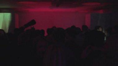 在夜总会的人群挥舞手跳舞 — 图库视频影像