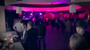People coming to night club — Stock Video