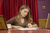 Kadın yönetmen işletmeci not kağıtları imzalar — Stok fotoğraf