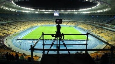 TV camera shooting stadium sport event — Stok video