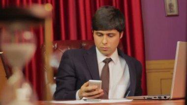Businessman making phone call — Стоковое видео