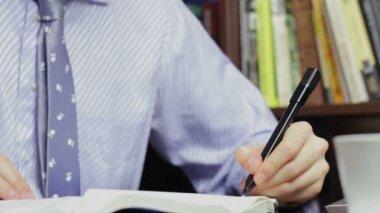 Επιχειρηματίας κάνει τη γραφική εργασία — Αρχείο Βίντεο