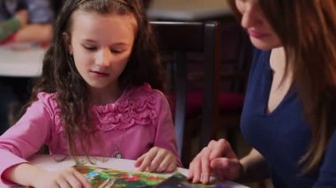 Mother and little daughter reading book — Stock video