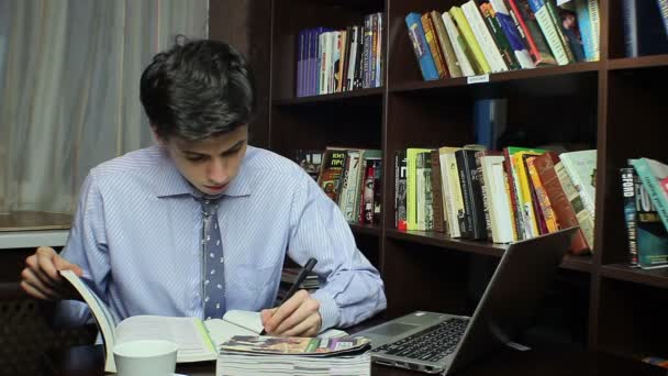 Man studying in library — Vídeo de stock