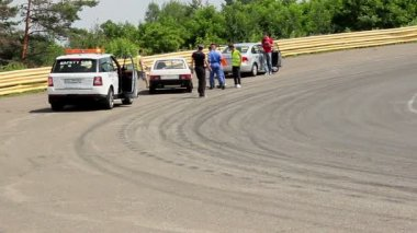 Safety marshal check race car breakdown on track — 图库视频影像