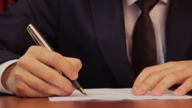 Businessman signing a contract — Stock Video