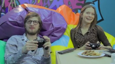 Couple playing video game on a date — Stock Video