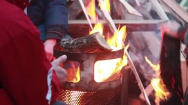 Heating warming hands around bonfire — Vidéo