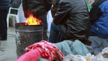 Poor people warming near fire trash barrel — Vidéo