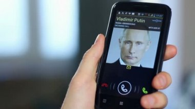 Official receiving call from Russian President Putin — Stock Video