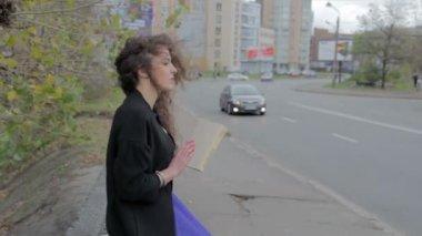 Sad girl reading book on street — Vídeo de stock