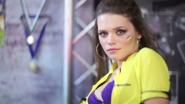 Sexy chica coqueteando con cámara — Vídeo de stock