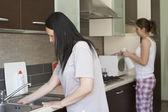 Due donne pulizia mobili — Foto Stock