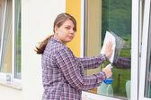 Lavar janelas de jovem fora — Fotografia Stock