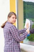 Young girl washing windows outside — Fotografia Stock