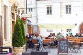 Street restaurant with umbrellas in Cluj-Napoca — Stock Photo