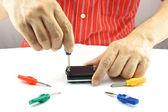 Reparación de hombre por use un destornillador colorido — Foto de Stock