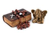 библия с бисером и ангел — Стоковое фото