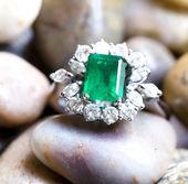 Diamond ring with big emerald — Stock Photo