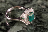 Diamantring met grote Smaragd — Stockfoto