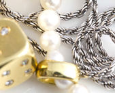 Halsketten, armband, diamanten und uhren — Stockfoto
