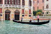 Two gondoliers ferrying passengers along the canals of Venice — Stock Photo