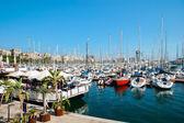 Marina de barcelone et le restaurant flottant — Photo